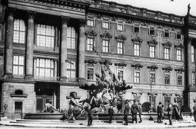 Die Schlossplatzfassade mit dem Neptunbrunnen